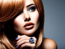 Fronte di bella donna con l'anello dei gioielli dello zaffiro sul dito fotografie stock