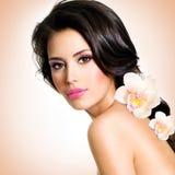 Fronte di bella donna con un fiore Fotografie Stock Libere da Diritti