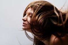 Fronte di bella giovane donna con il volo dei capelli Fotografie Stock