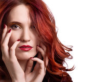 Fronte di bella giovane donna con trucco luminoso Fotografia Stock
