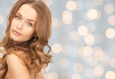 Fronte di bella giovane donna felice con capelli lunghi Fotografie Stock