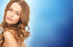 Fronte di bella giovane donna felice con capelli lunghi Fotografia Stock