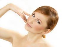 Fronte di bella giovane donna su un fondo bianco Fotografia Stock