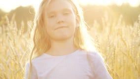 Fronte di bella neonata felice su estate della natura archivi video