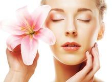 Fronte di bellezza della giovane donna con il giglio rosa Fotografia Stock