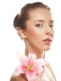 Fronte di bellezza della giovane donna con il giglio rosa immagini stock