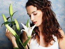 Fronte di bellezza della giovane donna con il giglio rosa Fotografie Stock