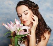 Fronte di bellezza della giovane donna con il giglio rosa Immagine Stock Libera da Diritti