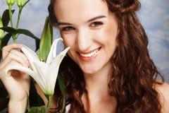 Fronte di bellezza della giovane donna con il giglio rosa Fotografia Stock Libera da Diritti