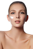Fronte di bellezza di giovane donna Fronte di bellezza di giovane donna con crema cosmetica su una guancica Concetto di cura di p fotografia stock