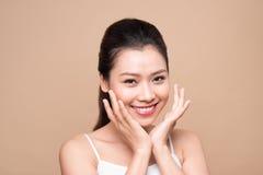 Fronte di bellezza Trattamento facciale Giovane donna asiatica con la perforazione pulita Fotografia Stock