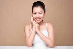 Fronte di bellezza Trattamento facciale Giovane donna asiatica con la perforazione pulita Fotografia Stock Libera da Diritti