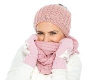 Fronte di chiusura della donna con la sciarpa del knit immagini stock libere da diritti
