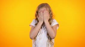 Fronte di chiusura spaventato sveglio della scolara con le palme, timori puerili, notizie inattese stock footage