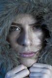 Fronte di congelamento della ragazza in cappotto di pelliccia Immagini Stock Libere da Diritti