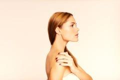 Fronte di giovane bella donna con pelle pulita Fronte nel profilo Immagine Stock Libera da Diritti
