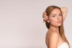 Fronte di giovane bella donna con pelle pulita Priorità bassa bianca Fotografia Stock Libera da Diritti