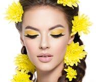 Fronte di giovane bella donna con trucco giallo luminoso immagine stock