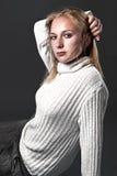 Fronte di giovane donna in maglione bianco Fotografie Stock Libere da Diritti