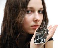 Fronte di giovane modello e dell'automobile molto piccola a disposizione Fotografie Stock Libere da Diritti
