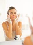 Fronte di lavaggio della giovane donna in bagno Immagini Stock Libere da Diritti