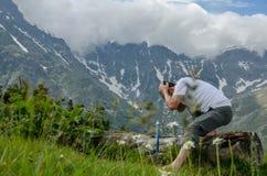 Fronte di lavaggio della viandante nel fiume della montagna Fotografie Stock Libere da Diritti