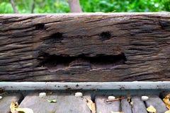Fronte di legno sorridente terrificante nella giungla fotografia stock libera da diritti
