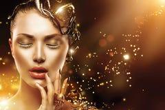Fronte di modello della ragazza con trucco e gli accessori dell'oro Fotografia Stock