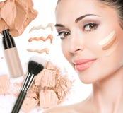 Fronte di modello di bella donna con il fondamento su pelle Immagini Stock