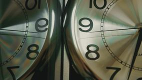 Fronte di orologio bianco Chiuda su di un fronte di orologio bianco con la riflessione stock footage