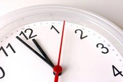 Fronte di orologio che mostra un orologio delle quasi 12 o Fotografie Stock