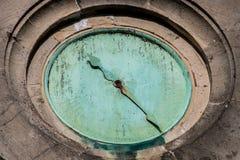Fronte di orologio di rame rotto della chiesa Fotografie Stock