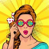 Fronte di Pop art di wow degli occhiali da sole aperti sorpresi della tenuta della bocca della donna in sua mano con l'iscrizione Fotografia Stock