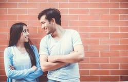 Fronte di sguardo attraente asiatico e sorridere delle giovani coppie Fotografia Stock Libera da Diritti