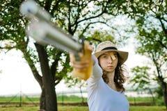 Fronte di tendenza del tiratore femminile di sport durante la concentrazione prima fotografia stock