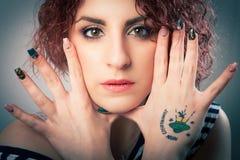 Fronte di trucco e giovane donna dei chiodi delle mani Trucco teenager Fotografie Stock Libere da Diritti