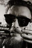 Fronte di un uomo vestito in occhiali da sole fotografia stock libera da diritti