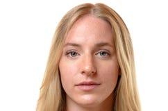 Fronte di una donna bionda seria attraente Immagini Stock