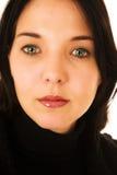 Fronte di una donna con gli occhi verdi e gli orli rossi Immagine Stock