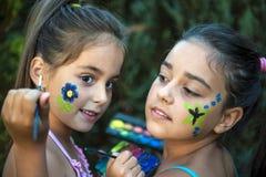 Fronte dipinto ragazze allegre Fotografia Stock Libera da Diritti