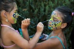 Fronte dipinto ragazze allegre dei bambini Fotografie Stock