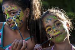 Fronte dipinto ragazze allegre dei bambini Immagini Stock