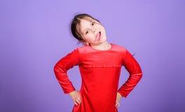 Fronte divertente dello smorfia del bambino allegro allegro sveglio della ragazza Infanzia felice Bambina felice Il giorno dei ba fotografia stock