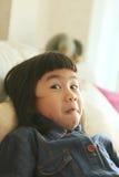Fronte divertente ed adorabile dei bambini asiatici che giocano emoti di felicità immagini stock libere da diritti