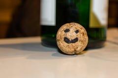 Fronte divertente su un sughero del champagne fotografie stock