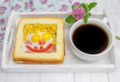 Fronte divertente sul panino al forno fotografia stock