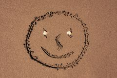 Fronte divertente sulla sabbia immagine stock libera da diritti