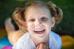 Fronte emozionante della ragazza graziosa nel parco di estate fotografie stock