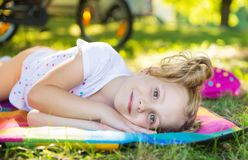 Fronte emozionante della ragazza graziosa nel parco di estate fotografia stock libera da diritti