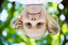 Fronte emozionante della ragazza graziosa nel parco di estate immagini stock libere da diritti